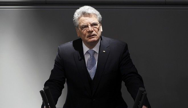 Newly elected German President Joachim Gauck makes a speech after his swearing-in ceremony at the Bundestag, German lower house of parliament, at the Reichstag in Berlin  March 23, 2012.             REUTERS/Thomas Peter (GERMANY  - Tags: POLITICS)