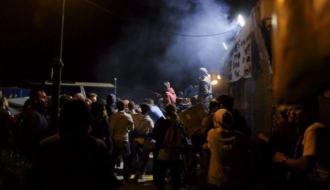 Επεισόδια μεταξύ κατοίκων και μεταναστών οι οποίοι είχαν εγκατασταθεί στα πλαίσια διαμαρτυρίας στην πλατεία Σαπφούς στη Μυτιλήνη