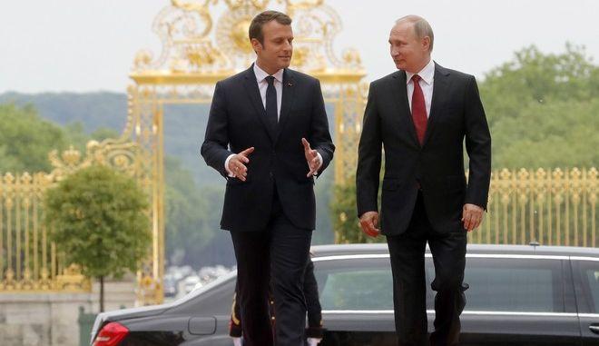 Ο Γάλλος πρόεδρος Εμανουέλ Μακρόν και ο Ρώσος ομόλογός του Βλαντιμίρ Πούτιν