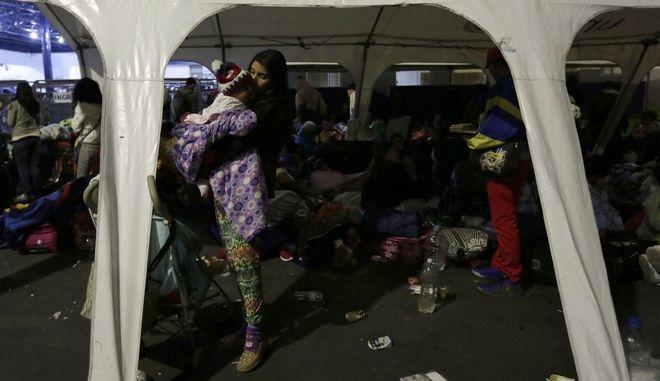 Μετανάστες από την Βενεζουέλα, μαζεμένοι στα σύνορα του Ισημερινού