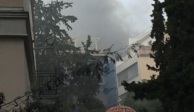 Πυκνός καπνός από τη φωτιά κοντά στην Καπνικαρέα