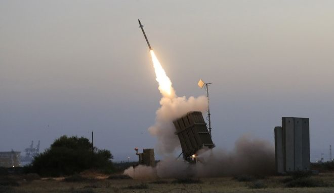 Σύστημα αεράμυνας του Iron Dome, στο Ισραήλ πυρπολεί για να αναχαιτίσει πύραυλο (AP Photo/Tsafrir Abayov, File)