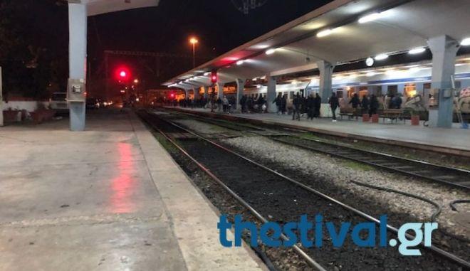 Οπαδοί του ΠΑΟΚ απέκλεισαν τις γραμμές των τρένων στον σταθμό του ΟΣΕ