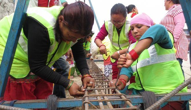 Νεπάλ: Μετά τον σεισμό, ήταν η σειρά των γυναικών να ταρακουνήσουν την κοινωνία