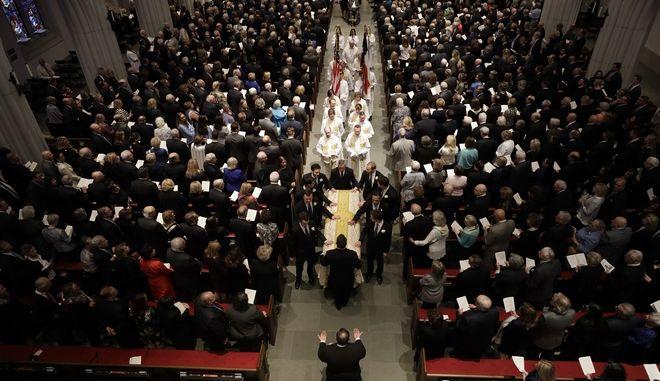 Τέσσερις πρώην πρόεδροι και εκατοντάδες άλλοι άνθρωποι αποχαιρέτισαν την Μπάρμπαρα Μπους