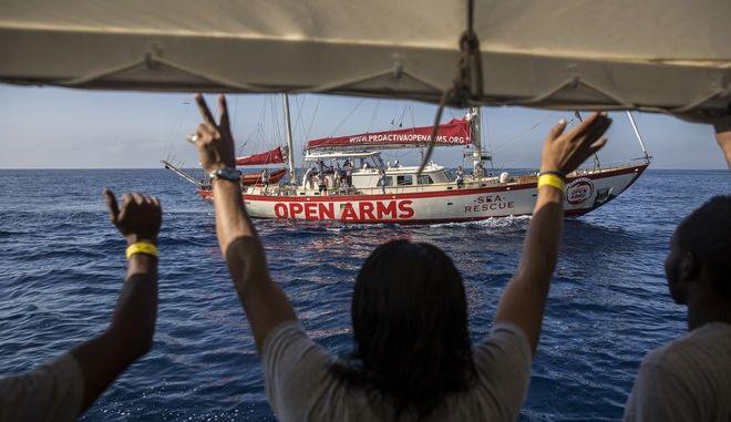 Μετανάστες χαιρετούν διασωστικό πλοίο ισπανικής ΜΚΟ στα ανοιχτά της Βαρκελώνης
