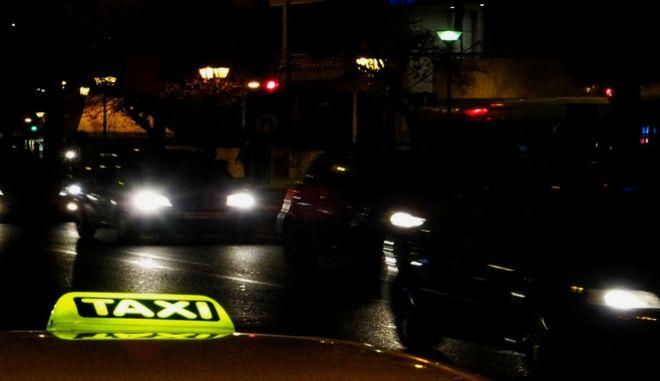 Φωτεινή πινακίδα σε ταξί στην Αθήνα. (EUROKINISSI/ΓΙΩΡΓΟΣ ΚΟΝΤΑΡΙΝΗΣ)