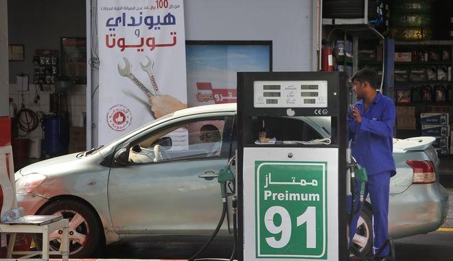 Στιγμιότυπο από βενζινάδικο στη Σαουδική Αραβία, εν μέσω πετρελαϊκής κρίσης και αύξησης τιμών