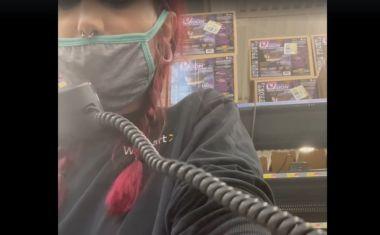 Εργαζόμενη στη Walmart παραιτείται από τα μεγάφωνα του καταστήματος και γίνεται viral
