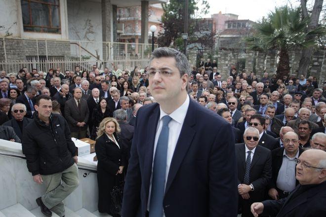 Κηδεία του βουλευτή της Νέας Δημοκρατίας και πρώην υπουργού Ευάγγελου Μπασιάκου από τον Ι.Ν. Αγίου Γεωργίου στην Θήβα την Δευτέρα 20 Φεβρουαρίου 2017. Ο Ευάγγελος Μπασιάκος πέθανε ξαφνικά σε ηλικία 63 ετών την Παρασκευή 17 Φεβρουαρίου.  (EUROKINISSI/ΓΙΩΡΓΟΣ ΚΟΝΤΑΡΙΝΗΣ)