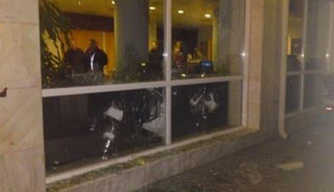 Βόλος: Έσπασαν τράπεζες - Συνθήματα στα γραφεία της Χρυσής Αυγής