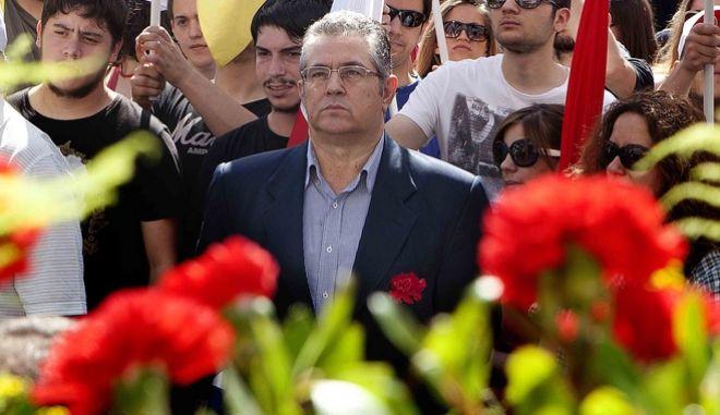 Κόκκινα τριαντάφυλλα προσέφερε στις δημοσιογράφους της Βουλής ο Κουτσούμπας