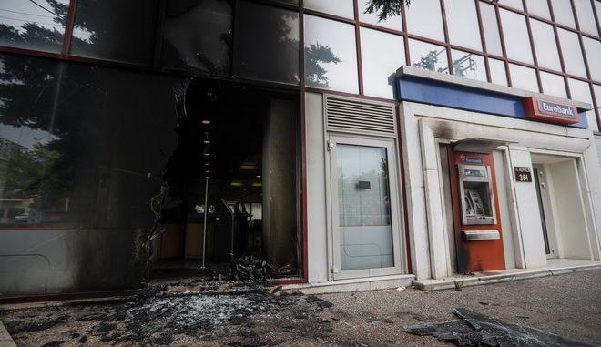 Επίθεση αγνώστων σε υποκατάστημα τράπεζας στη λεωφόρο Αθηνών