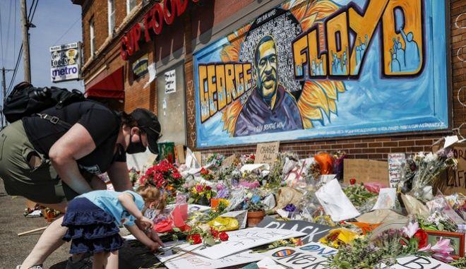 Κατάθεση λουλουδιών στη μνήμη του Τζορτζ Φλόιντ
