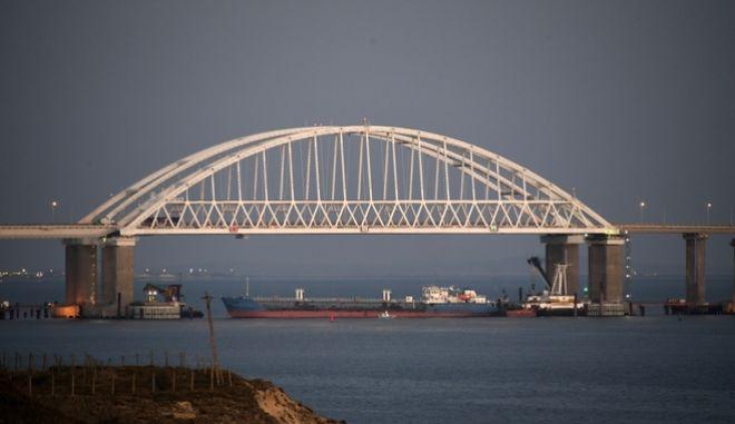 Ρωσικό εμπορικό πλοίο, κάτω από τη γέφυρα του Κερτς, προκειμένου να εμποδισει την διέλευση ουκρανικών πλεούμενων.