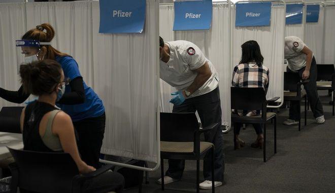 Κόσμος που κάνει το εμβόλιο της Pfizer κατά του κορονοϊού