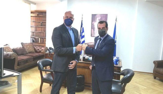 Ο νέος πρόεδρος του ΕΟΔΥ Θεοκλής Ζαούτης με τον Υπουργό Υγείας Θάνο Πλεύρη.