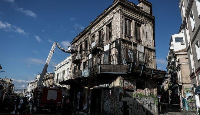 Φωτιά σε ακατοίκητο κτίριο στην διασταύρωση Ερμού και Πιτακού στην Αθήνα