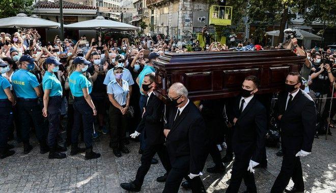 Λαϊκό προσκύνημα στη Μητρόπολη Αθηνών για τον σπουδαίο Μίκη Θεοδωράκη
