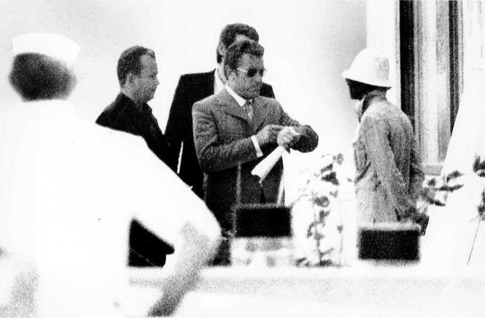 Ο Μάνφρεντ Σράιμπερ, αρχηγός της αστυνομίας του Μονάχου, κοιτάζει το ρολόι του, ενώ διαπραγματεύεται την παράταση της διορίας με έναν από τους τρομοκράτες, έξω από το κτίριο όπου κρατούνταν οι Ισραηλινοί όμηροι (5/9/1972).