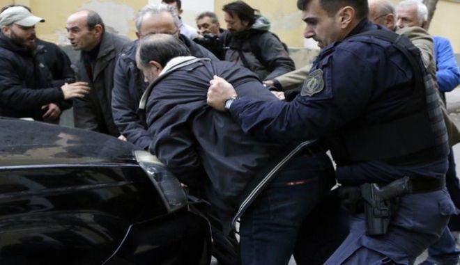 Ο 58χρονος που συνελήφθη κατηγορούμενος για την δολοφονία της εφοριακού Δώρας Ζέμπερη στο Β΄ Νεκροταφείο Αθηνών οδηγείται από αστυνομικούς στο γραφείο τοπυ ανακριτή στα δικαστη΄ρια της οδού Ευελπίδων, την τετάρτη 8 Νομεβρίου 2017. Ο εισαγγελέας άσκησε ποινική δίωξη για βαρύτατες κατηγορίες σε βάρος του. (EUROKINISSI/ΓΙΑΝΝΗΣ ΠΑΝΑΓΟΠΟΥΛΟΣ)