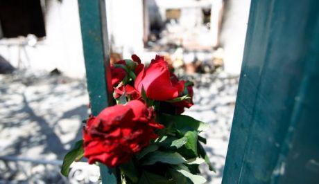 Λίγα λουλούδια στο σημείο όπου εκτυλίχτηκε η τραγωδία