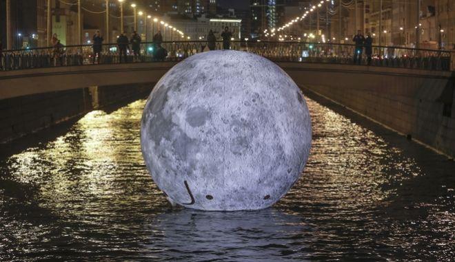 Μπορεί ο άνθρωπος να παράξει νερό στη Σελήνη; (Φωτό αρχείου)