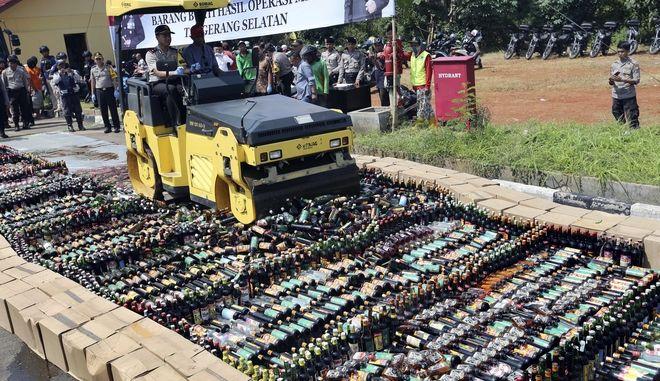 Οι αρχές της Ινδονησίας κατέστρεψαν τον Μάρτιο περισσότερα από 6.000 μπουκάλια νοθευμένων ποτών