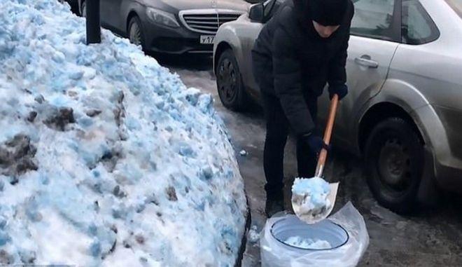 Μπλε χιόνι έπεσε στην Αγία Πετρούπολη