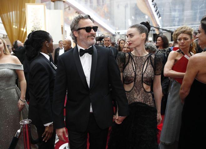 Ο Χόακιν Φοίνιξ και η Ρούνι Μάρα μπαίνουν στο Dolby Theatre