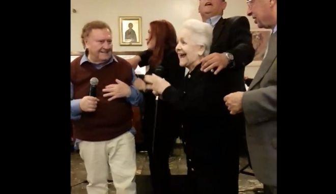Μαίρη Λίντα: Τραγούδησε στην πασχαλινή γιορτή στο Γηροκομείο Αθηνών κι έκλεψε την παράσταση