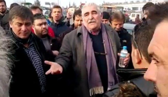Αποδοκιμασίες σε βουλευτές του ΣΥΡΙΖΑ στα μπλόκα των αγροτών