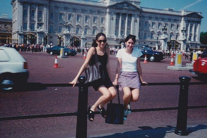 Η Μέγκαν Μάρκλ μπροστά από το Παλάτι το 1996