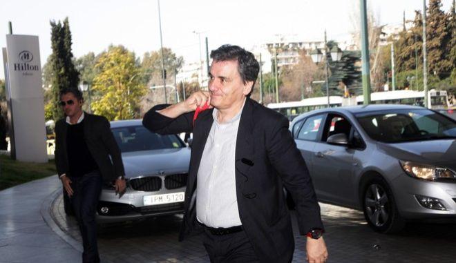 """Ο υπουργός Οικονομικών Ευκλείδης Τσακαλώτος κατα την είσοδο στο ξενοδοχείο """"Χίλτον"""" για την συνάντηση με τους με τους επικεφαλής των κλιμακίων των θεσμών, στο πλαίσιο της β' αξιολόγησης την Τρίτη 28 Φεβρουαρίου 2017. (EUROKINISSI/ΓΙΑΝΝΗΣ ΠΑΝΑΓΟΠΟΥΛΟΣ)"""