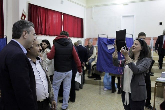 Επίσκεψη του υποψηφίου προέδρου της Νέας Δημοκρατίας Απόστολου Τζιτζικώστα στο εκλογικό κέντρο στο 1ο Γυμνάσιο-Λύκειο Κηφισιάς την Κυριακή 20 Δεκεμβρίου 2015. (EUROKINISSI/ΓΙΩΡΓΟΣ ΚΟΝΤΑΡΙΝΗΣ)
