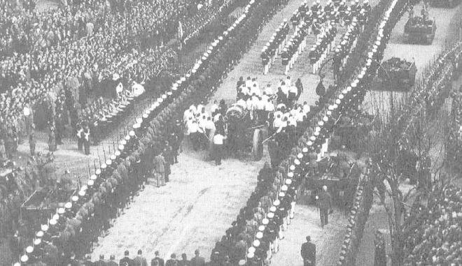 Μηχανή του Χρόνου: Στην κηδεία της πέθαναν 8 άτομα προσπαθώντας να ακουμπήσουν το φέρετρό της