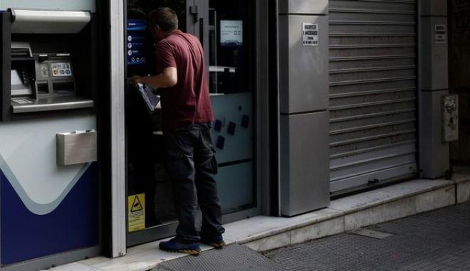 Χαλαρώνουν τα capital controls: Στα 2.300 ευρώ η μηνιαία ανάληψη από αύριο