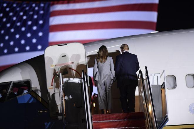 Ο Τραμπ και η Μελάνια ανεβαίνουν στο αεροπλάνο