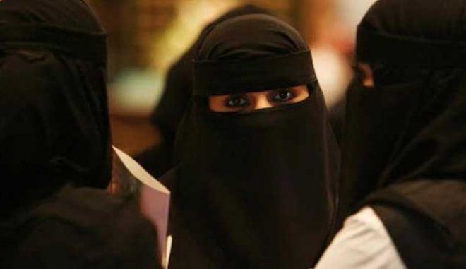 Άνοιξαν οι κάλπες στη Σαουδική Αραβία, στις πρώτες εκλογές που συμμετέχουν και γυναίκες