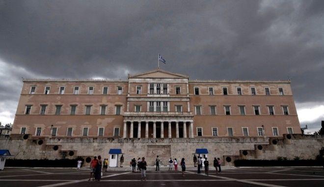 Σύννεφα πάνω από το κτήριο της Βουλής την Παρασκευή 19 Ιουνίου 2015. (EUROKINISSI/ΣΤΕΛΙΟΣ ΣΤΕΦΑΝΟΥ)