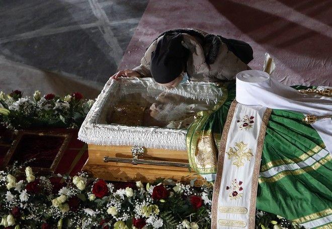 Πιστή αποχαιρετάει τον -από κορονοϊό- θανόντα Πατριάρχη Ειηρναίο, δίνοντάς του ένα φιλί.