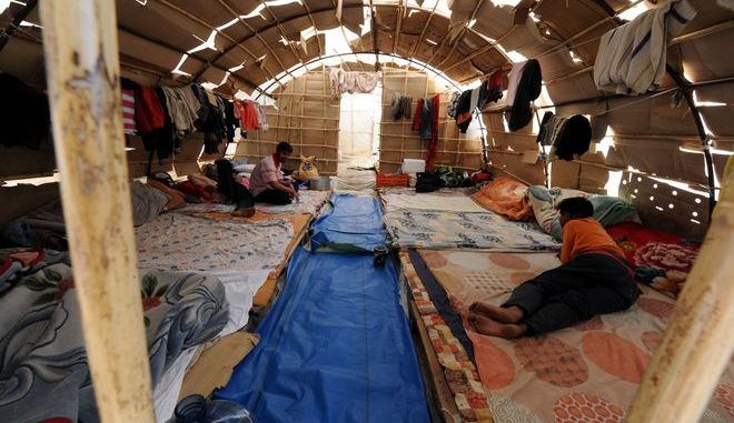 Μετανάστες από το Μπανγκλαντές σε αυτοσχέδιο κατάλυμα σε φραουλοχώραφο στη Νέα Μανωλάδα Ηλείας