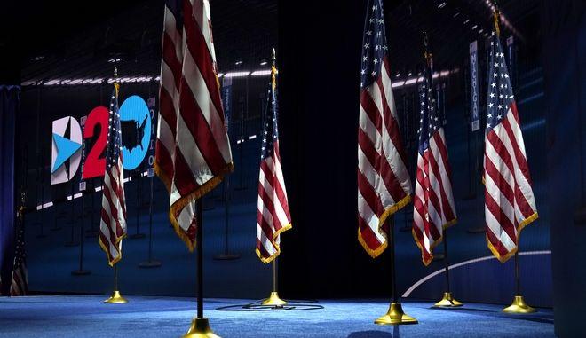 Σημαίες σε εκδήλωση των Δημοκρατικών