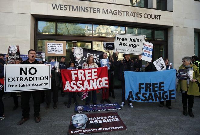 Έξω από το δικαστήριο όπου αναμένεται να εμφανιστεί ο Ασάνζ στο Λονδίνο
