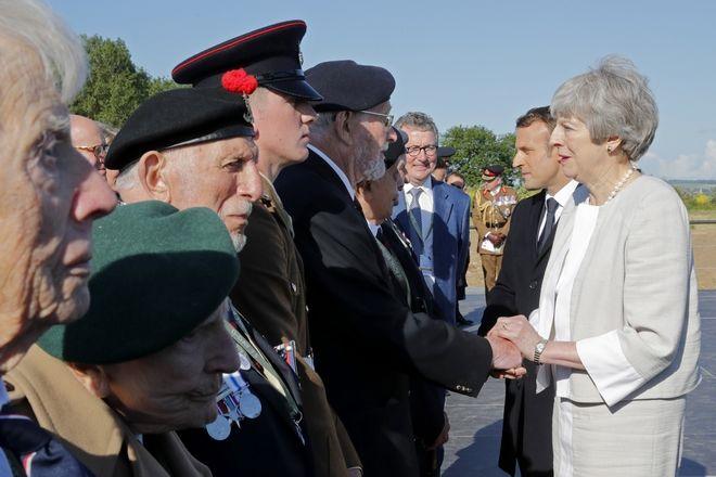 Η πρωθυπουργός του Ηνωμένου Βασιλείου Τερέζα Μέι και ο Γάλλος Πρόεδρος της Γαλλίας Εμανουέλ Μακρόν κατά τη διάρκεια εορτασμού της 75ης επετείου της απόβασης στη Νορμανδία