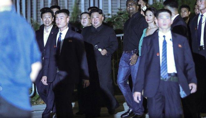 Ο Κιμ Γιονγκ Ουν ξεναγείται στη νυχτερινή Σιγκαπούρη