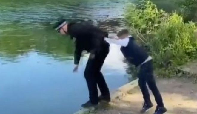 Του την είχε στημένη: Πιτσιρικάς ξεγελά αστυνομικό και τον πετά σε λίμνη