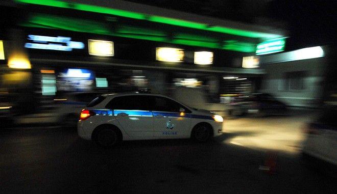 Περιπολικό της Ελληνικής Αστυνομίας κινείται σε δρόμο των Τρικάλων το βράδυ της Δευτέρας 2 Ιανουαρίου 2017. (EUROKINISSI/ΘΑΝΑΣΗΣ ΚΑΛΛΙΑΡΑΣ)