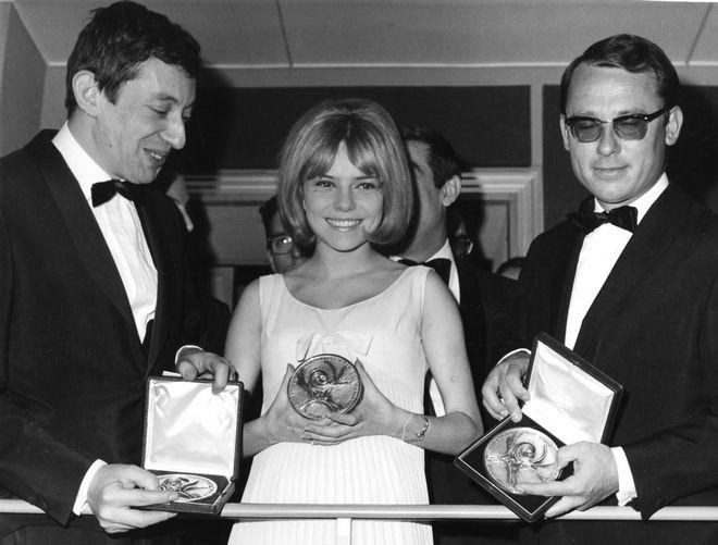 Η νικήτρια της Eurovision, Φρανς Γκαλ, για το Λουξεμβούργο με τον δημιουργό του νικητήριου τραγουδιού Σερζ Γκένζμπουργκ (αριστερά), 20 Μαρτίου 1965