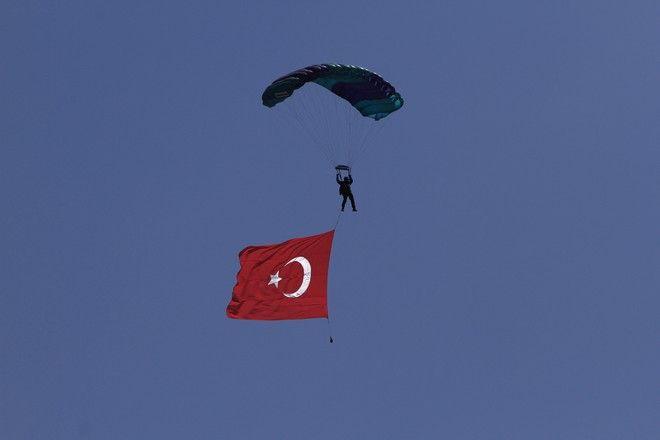 Τούρκος αλεξιπτωτιστής με τουρκική σημαία στο πλαίσιο των εορτασμών τους για την τουρκική εισβολή